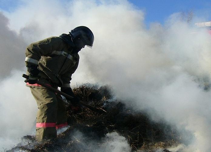 В Краснохолме неизвестные сожгли сарай и два стога сена
