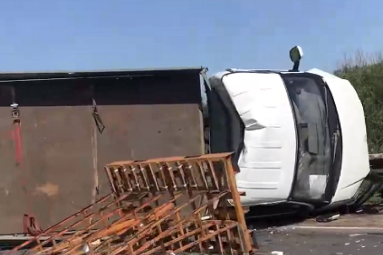 Зажало водителя. На Загородном шоссе Оренбурга столкнулись фургон со стеклопакетами и KIA