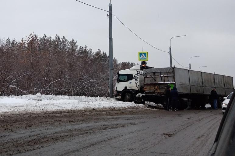 Тройное ДТП на выезде. На Нежинском шоссе столкнулись тягач, ВАЗ и Daewoo