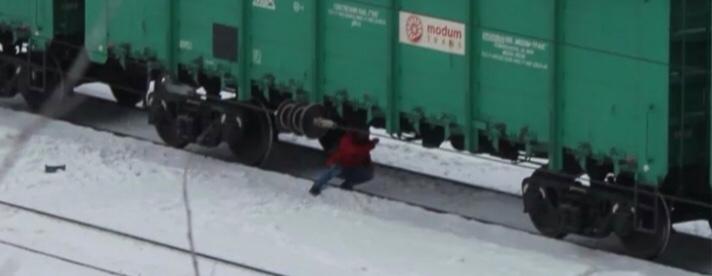 В Чебеньках дети переходят ж/д пути под вагонами