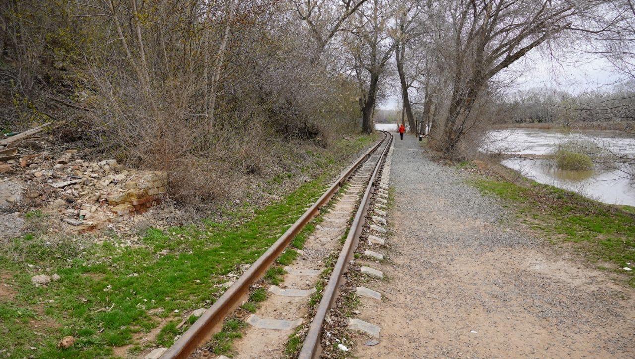 В Кувандыке на железной дороге серьёзно травмировался путеец
