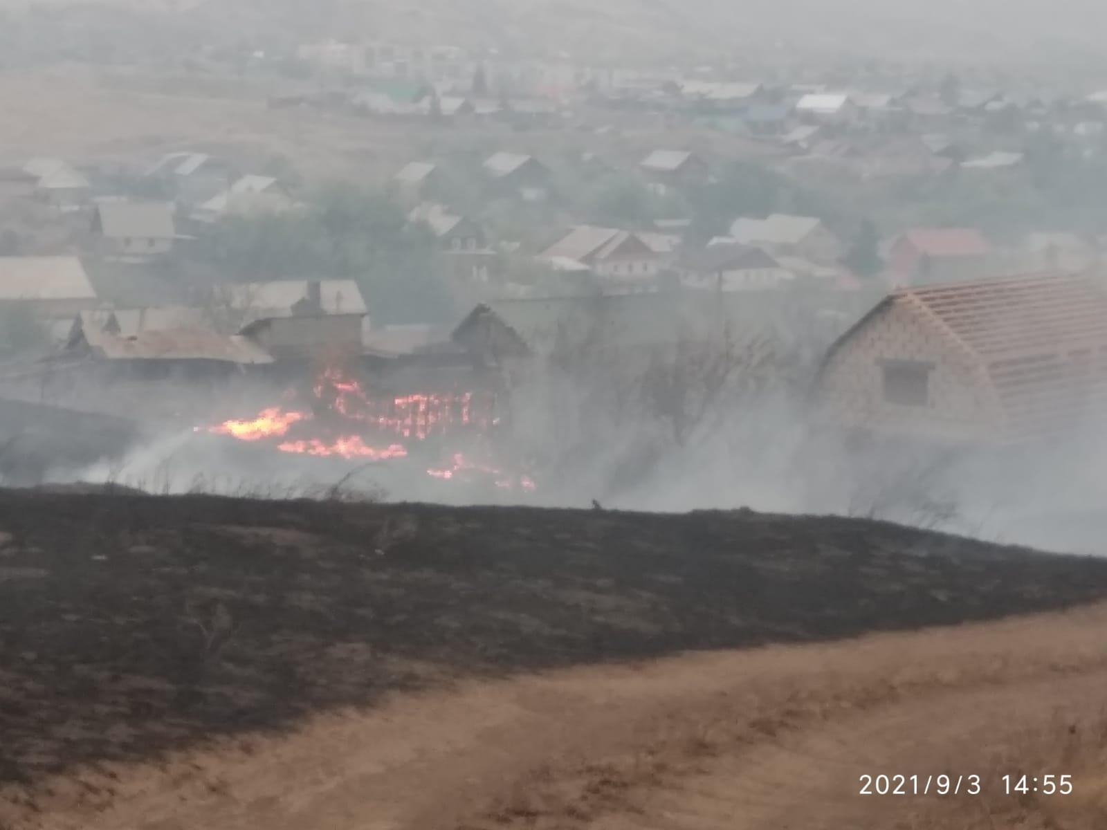 В Медногорске тушат степной пожар: огненный фронт перекинулся на жилой дом и гаражи